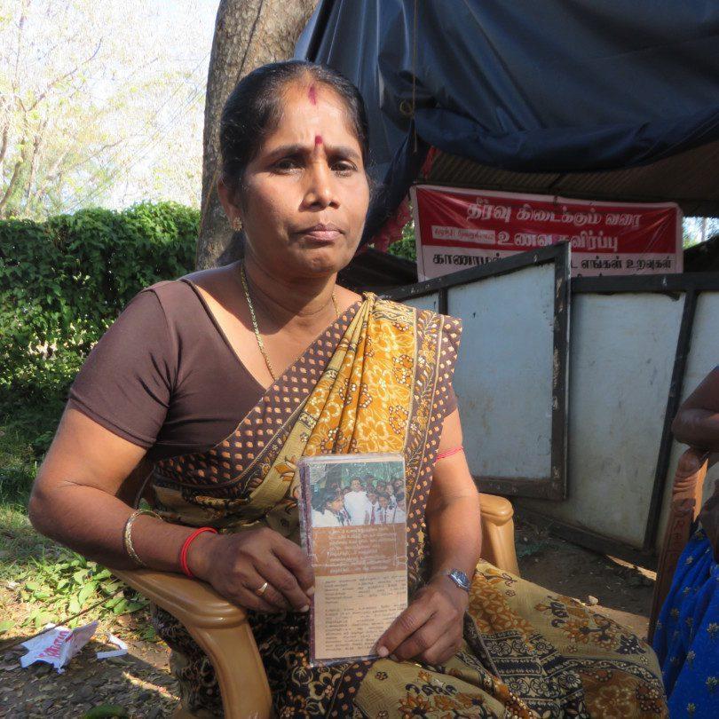 Sri Lanka: Amalie Kandyiar zeigt an einem Frauenprotest Fotos von verschwundenen Angehörigen.