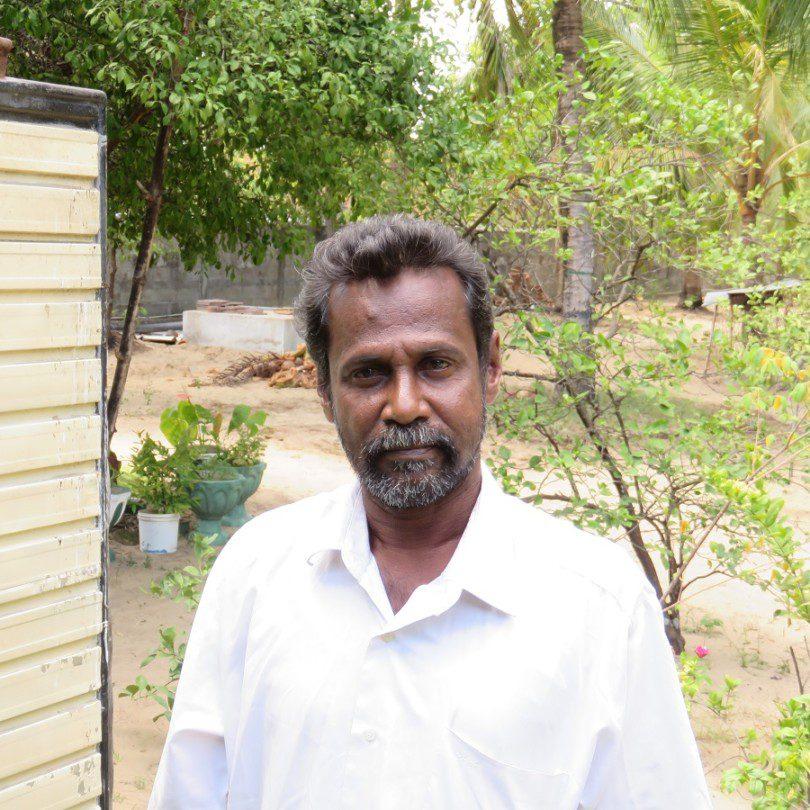 Le pêcheur Christy Cooray devant sa maison à Kalkudah.