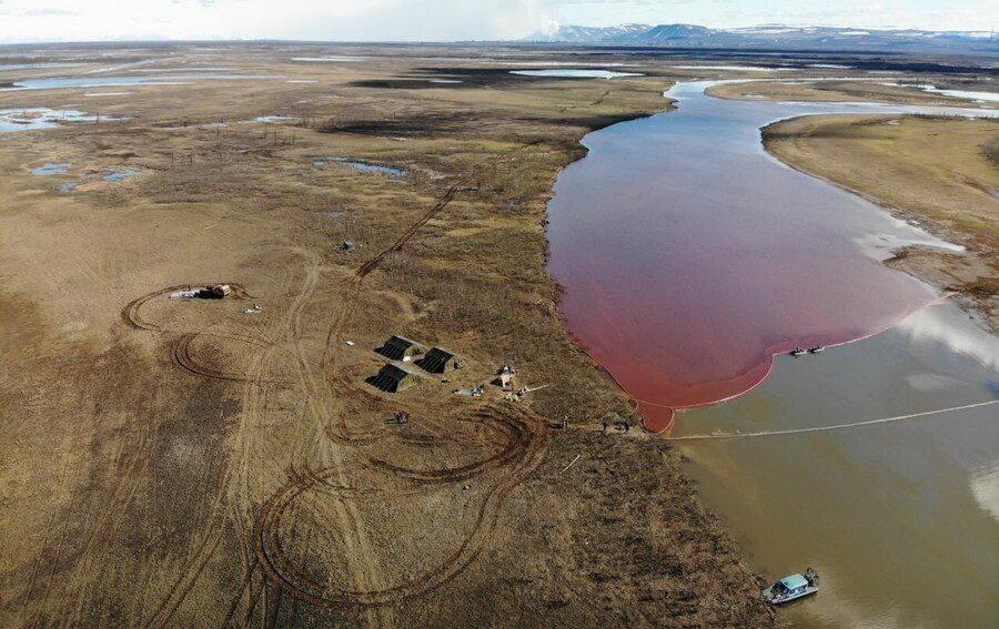 La rivière Piassino a été polluée depuis le déversement de gazole de Nornickel en 2020.
