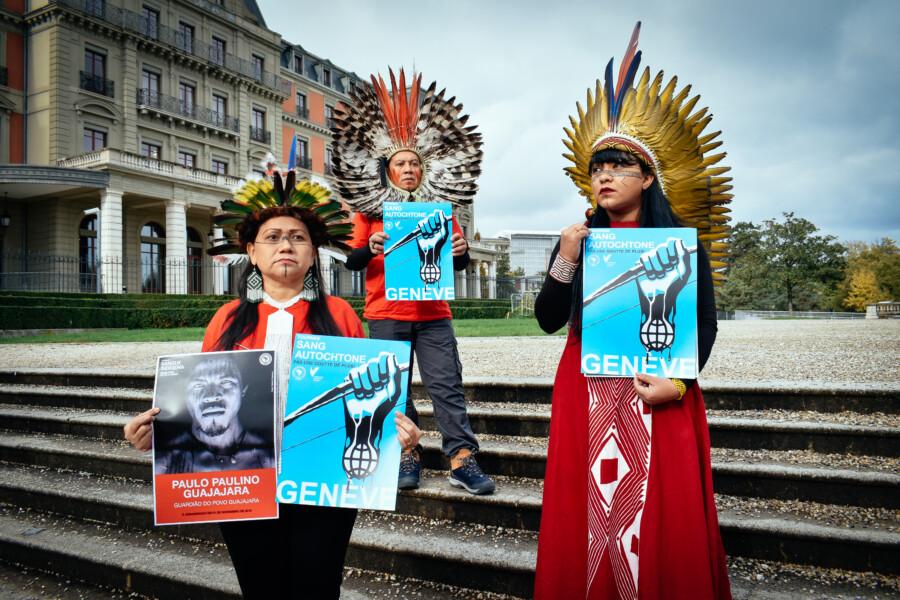 Genève, novembre 2019 : les délégués brésiliens devant l'ONU : Nara Baré, Kretã Kaingang et Celia Xakriabá