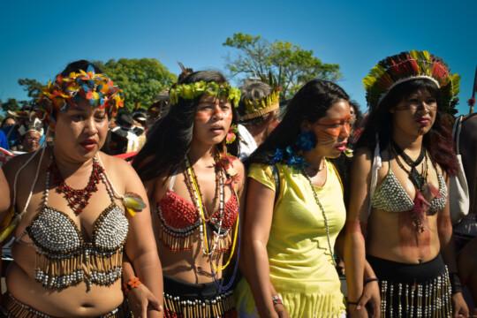 Indigene Frauen demonstrieren in Brasilia