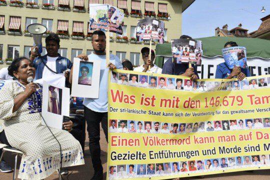 An einer Solidaritätsaktion in Bern erzählt eine Tamilin über die Entführung ihrer Familienmitglieder in Sri Lanka.