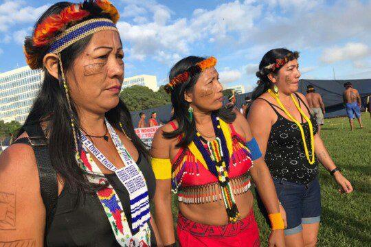 Indigene Frauen versammeln sich beim Nationalen Indigenen-Treffen im April 2019 in Brasilia, der brasilianischen Hauptstadt