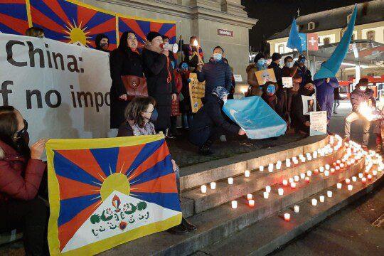 Mahnwache: Keine Komplizenschaft mit China! Bern, 10. Dezember 2020. Foto: GfbV