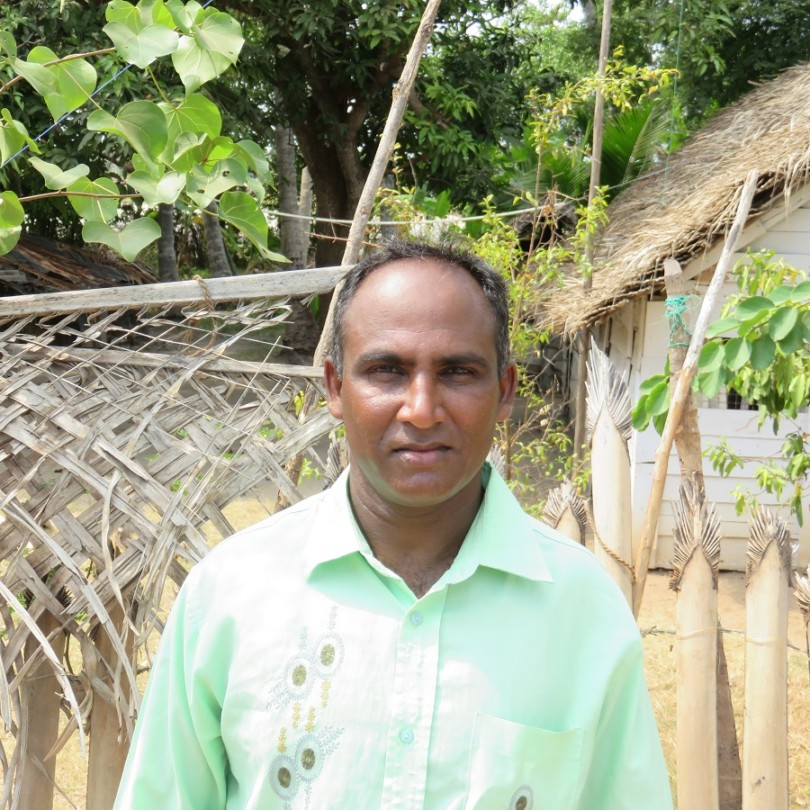 Francis Christopher Ranraj Croos devant sa maison à l'île de Dutch Bay à Kalpitiya