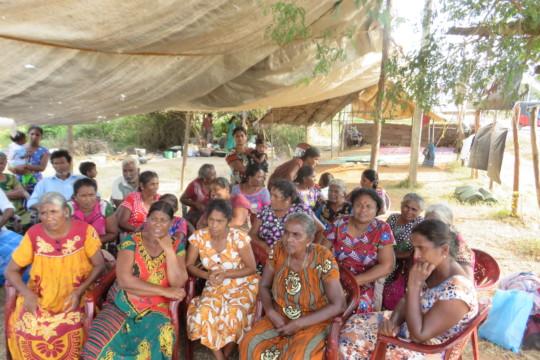 Frauen sind auf einem Platz versammelt um zu protestieren