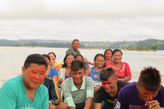 Les distances dans la région amazonienne sont énormes. La majeure partie de l'excursion se fait à pied. Cependant, ils dépendent également des bateaux pour se déplacer le long des rivières ou les traverser.