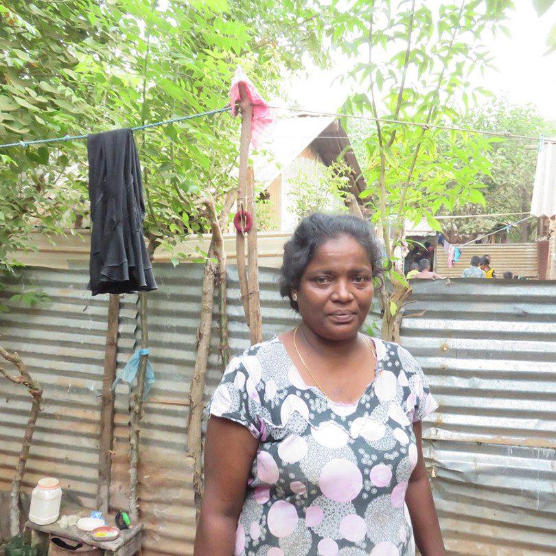 Juljes Selvamalar in ihrem Zuhause, welches ein Lager für Binnenflüchtlinge ist.
