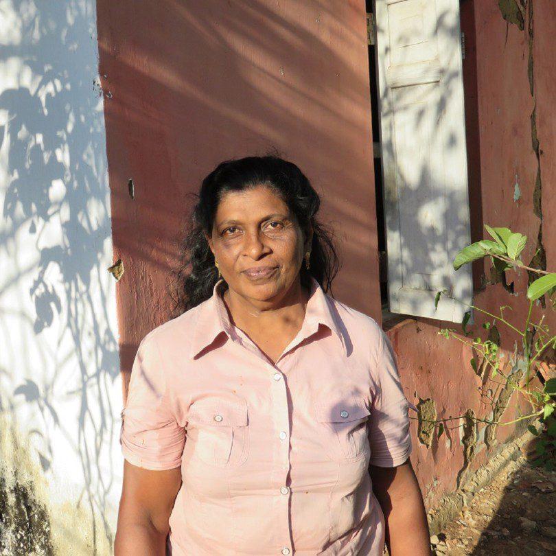 Portrait de Padma Garappathi devant une maison à Handapagnala.