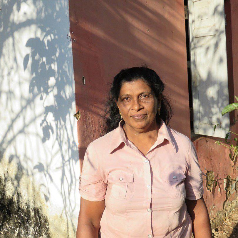 Padma Garappathi steht vor ihrem Haus in Handapagnala-See.