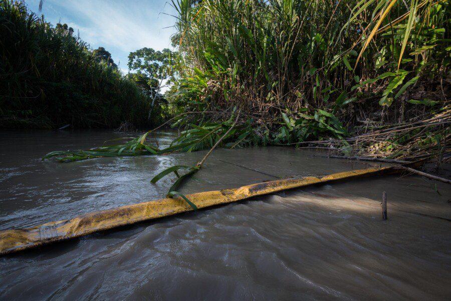 Im Napo-Fluss in der ecoadorianischen Amazonas-Region ist Rohöl zu sehen, nachdem im April 2020 eine Leitung gebrochen war. Foto: Ivan Castaneira/Agencia Tegantai