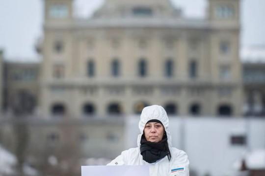 """Eine Aktivistin hält ein Plakat mit dem Slogan """"Mit Klischees aufräumen"""""""