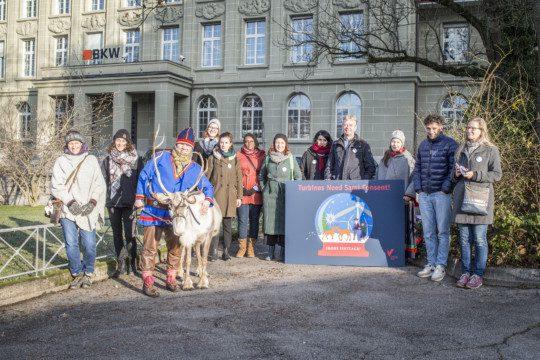 SPM et des délégués des Samis du Sud remettent à BKW une carte de Noël exprimant le souhait qu'un projet de centrale éolienne en Norvège respecte les droits de la population indigène. Photo : Franziska Rothenbühler