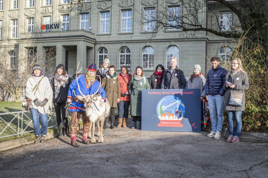 GfbV und Südsami-Verteter überreichen der BKW eine Weihnachtskarte mit dem Wunsch, dass bei einem geplanten Windkraftwerk in Norwegen die Rechte der indigenen Bevölkerung respektiert werden. Foto: Franziska Rothenbühler