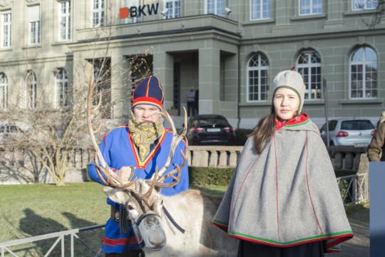 """Deux délégués de la communauté des Samis du Sud (Norvège) avec la renne """"Snow"""" devant BKW. Photo : Franziska Rothenbühler"""