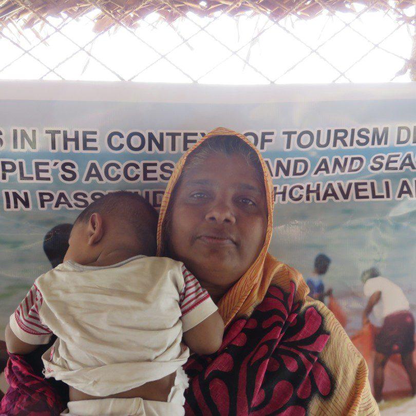 Senul Abdeen Saleemas avec son enfant à une manifestation pour le droit foncie