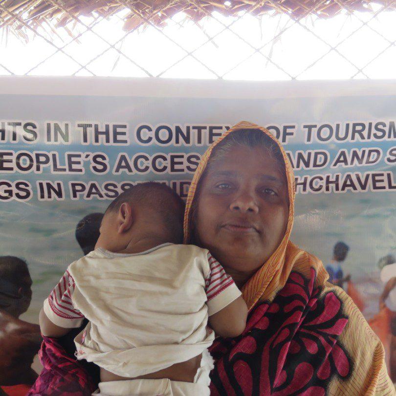 Senul Abdeen Saleemas mit ihrem Kind an einem Landesrecht Protest