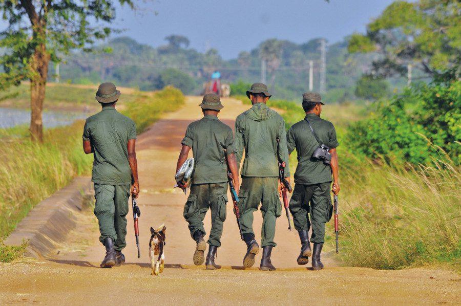 Des soldats armés au Sri Lanka.