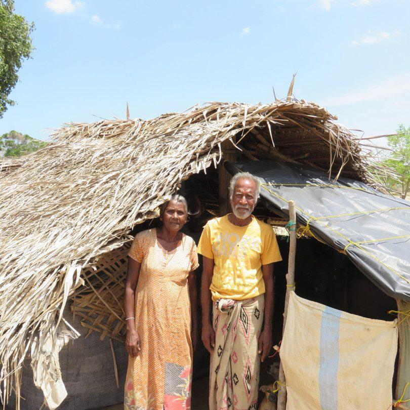 Le pêcheur Sundaram Somaradam et sa femme devant leur maison.