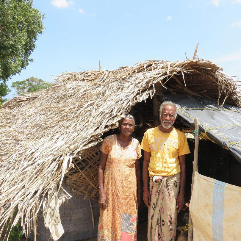 Fischer Sundaram Somaradam und seine Frau Sindathambi Suthukuma stehen vor ihrem Haus in Ragamwela.