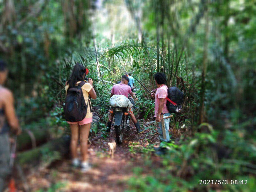 Les autochtones des Tupinambà démarquent leur territoire.
